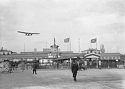 Zentralflughafen, Poll, Willem van de [CC BY-SA 3.0 (https://creativecommons.org/licenses/by-sa/3.0)], via Wikimedia Commons