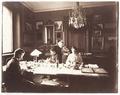 Fotografi av Wilhelmina von Hallwyl övervakandes katalogiseringen i gästrum 3 - Hallwylska museet - 106654.tif