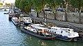 France, Paris, des péniches sur la Seine entre le Pont des Arts et le Pont-Neuf.jpg
