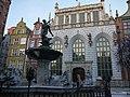 Gdańsk -Neptun i Dwór Artusa - Fountain Of Neptune - panoramio.jpg