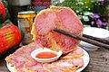 Giò me Nghệ An được thái lát mỏng chấm với tương ớt, ăn rất ngon.jpg