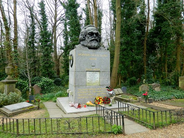 Могила Карла Маркса на Хайгейтском кладбище в Лондоне