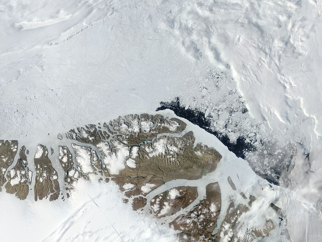 Satellitenfoto von Peary-Land mit der Hans-Tausen-Eiskappe westlich des eisfreien Gebiets