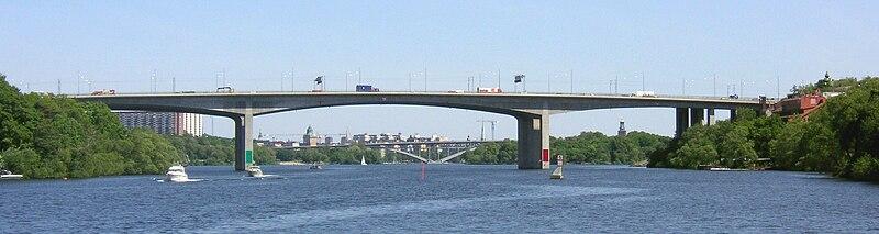 Gröndalsbron mod øst med Västerbron og Stadshuset i baggrunden.