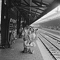 Grote trek naar Zandvoort, wachtend op de trein op Centraal Station, Bestanddeelnr 916-4940.jpg