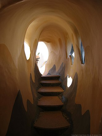 Hằng Nga Guesthouse - A cave-shaped stairway.