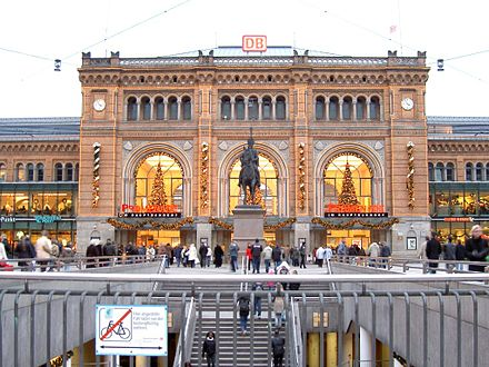 Ernst August memorial, central railway station Hannover - Hauptbahnhof Eingangsportal 1.jpg