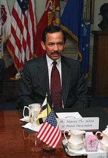 Photographie de Hassanal Bolkiah dans une salle de conférence du Pentagone.