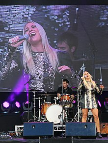 Hayley Jensen live at broadbeach 2017.jpg