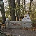 Hekpijler met daarop een gebeeldhouwde reliëf van een stijgerd paard - Glimmen - 20380166 - RCE.jpg