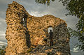 I resti del torrione Malatestiano al tramonto, con scultura lignea.JPG