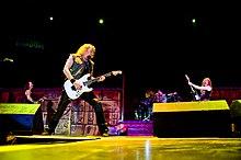 Adrian Smith e gli altri componenti degli Iron Maiden in concerto nel 2009.