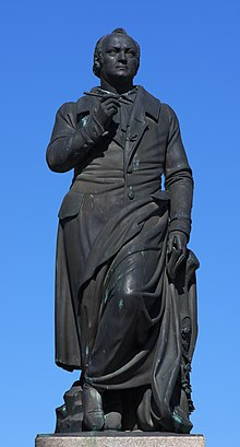 The Jean Paul monument in Bayreuth, created by Ludwig von Schwanthaler and unveiled in 1841 on the 16th anniversary of Richter's death (Source: Wikimedia)