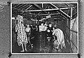 Kampong Makassar Batavia. Europeaanse vrouwen en kinderen tijdens het mandiën, Bestanddeelnr 901-3449.jpg