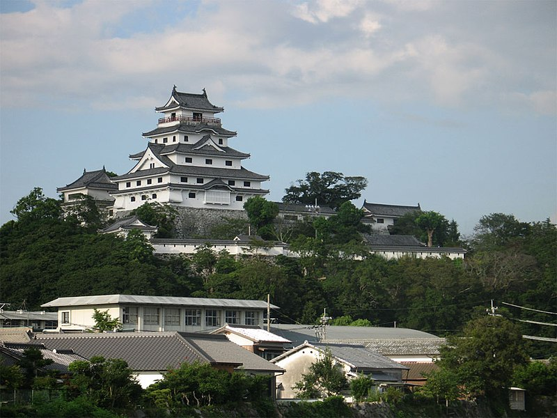 https://upload.wikimedia.org/wikipedia/commons/thumb/6/60/Karatsu_Castle.jpg/800px-Karatsu_Castle.jpg