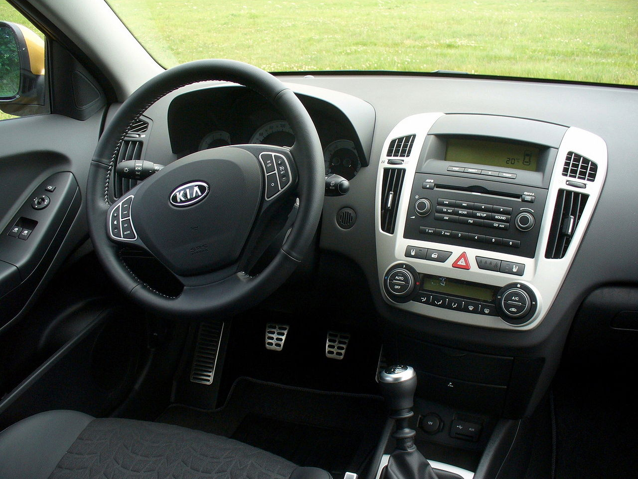 File kia pro cee 39 d 2 0 tx granadagelb cockpit jpg for Interieur 2015