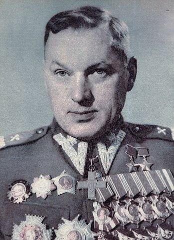 Рокоссовский со всеми наградами в форме маршала Польши