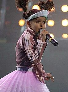 Fotografia di Ksenia Sitnik che si esibisce al Concorso Eurovisione Junior 2005 della canzone