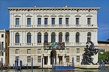 Façade du palais Grassi avec une sculpture de Damien Hirst lors de  l exposition Treasures from the Wreck of the Unbelievable. 50f16241c72