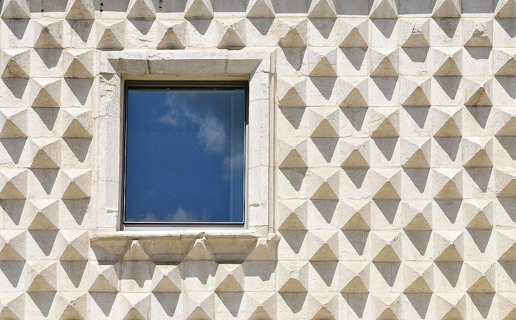 Fenêtre et façade de la Casa dos Bicos à Lisbonne - Photo de LBM1948