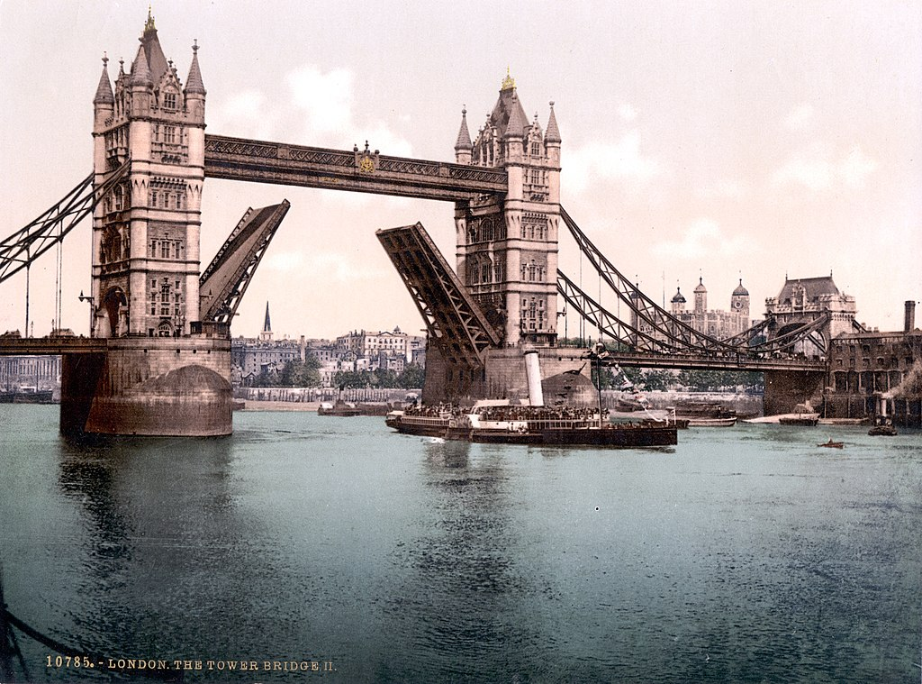 Tower Bridge à Londres en 1900. On devine la Tour de Londres derrière le pont à droite de l'image.