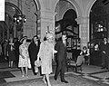 Lord Snowdon en koningin Juliana komen aan in het Amstel Hotel. Linksachter prin, Bestanddeelnr 917-7741.jpg