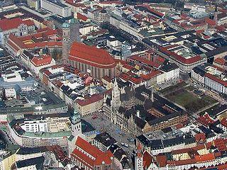 320px-M%C3%BCnchen_Marienplatz_Rathaus_Frauenkirche_Liebfrauendom.jpg