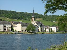 Le village le long de la Moselle