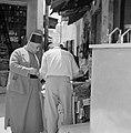 Man met een fez op in gesprek met een handelaar, Bestanddeelnr 255-3238.jpg