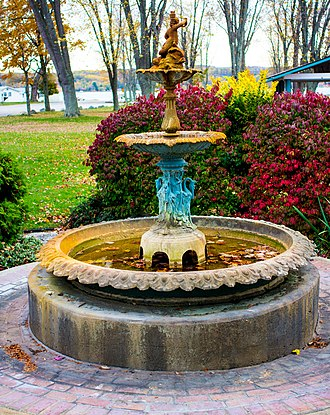 Manistee County, Michigan - Image: Manistee Courthouse Fountain