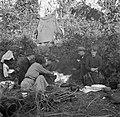 Mannen en vrouwen zittend om een kampvuur, Bestanddeelnr 191-0823.jpg