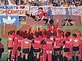 Maradona alzado jugadores newells.jpg