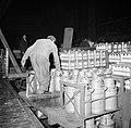 Melkfabriek man verplaatst de melkbussen, Bestanddeelnr 252-9454.jpg