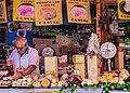 Mercante di formaggio del mercato storico di Ballarò a Palermo.jpg