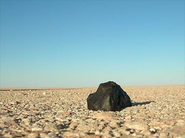 Meteoritenfund auf Wüstenpflaster