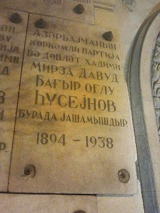 Mirza Davud Huseynov - Image: Mirzə Davud Hüseynovun Bakıda xatirə lövhəsi