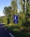 Montaigu (Jura) - Panneau C26b voie de détresse à gauche.jpg