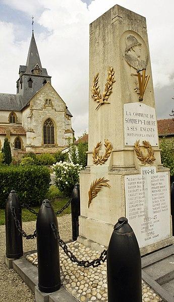 Monument aux morts et église à Sommepy Tahure.