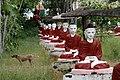 Monywa-Po Khaung-16-Buddhas mit Schirm-Hund-gje.jpg