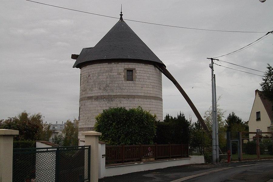 Un moulin, classé monument historique il se trouve sur les hauteurs de Chalons.