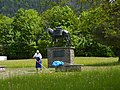 Muli-Skulptur vor der Karwendelkaserne Mittenwald.JPG