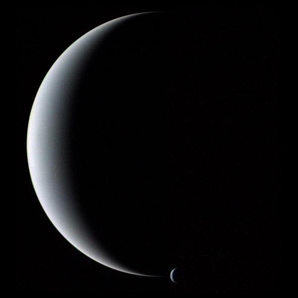 Neptuno_y_Tritón_vistos_por_Voyager_2