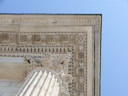 Cornice of Maison Carree (Nimes, France), an ancient Roman temple in the Corinthian order Nimes maison carree.jpg