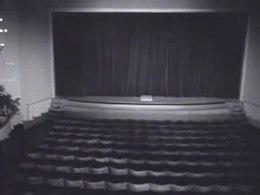 Bioscoopjournaal uit 1947 over de opening van het oorspronkelijke Theater De La Mar, met rond 0:30 portretten aan de muur waarvan één zeer waarschijnlijk Fiens vader, Nap de la Mar, in zijn rol van Napoleon.