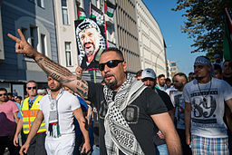 Openly antisemitic Protester in Berlin (17.7.2014)
