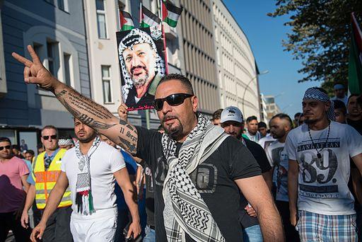 Antisemītisks demonstrants Berlīnē. 17.07.2014. Foto: Boris Niehaus, Wikimedia Commons