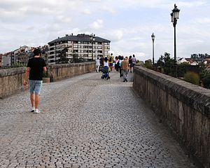 Ponte Vella - Pedestrians on the footbridge.