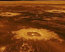 Venus-sletterne er skitseret i rødt og guld, med slagkratere, der efterlader gyldne ringe over overfladen
