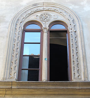 Palazzo Pazzi - Mullioned windows and lunette reliefs