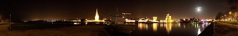Panoramique des tours de La Rochelle de nuit.jpg